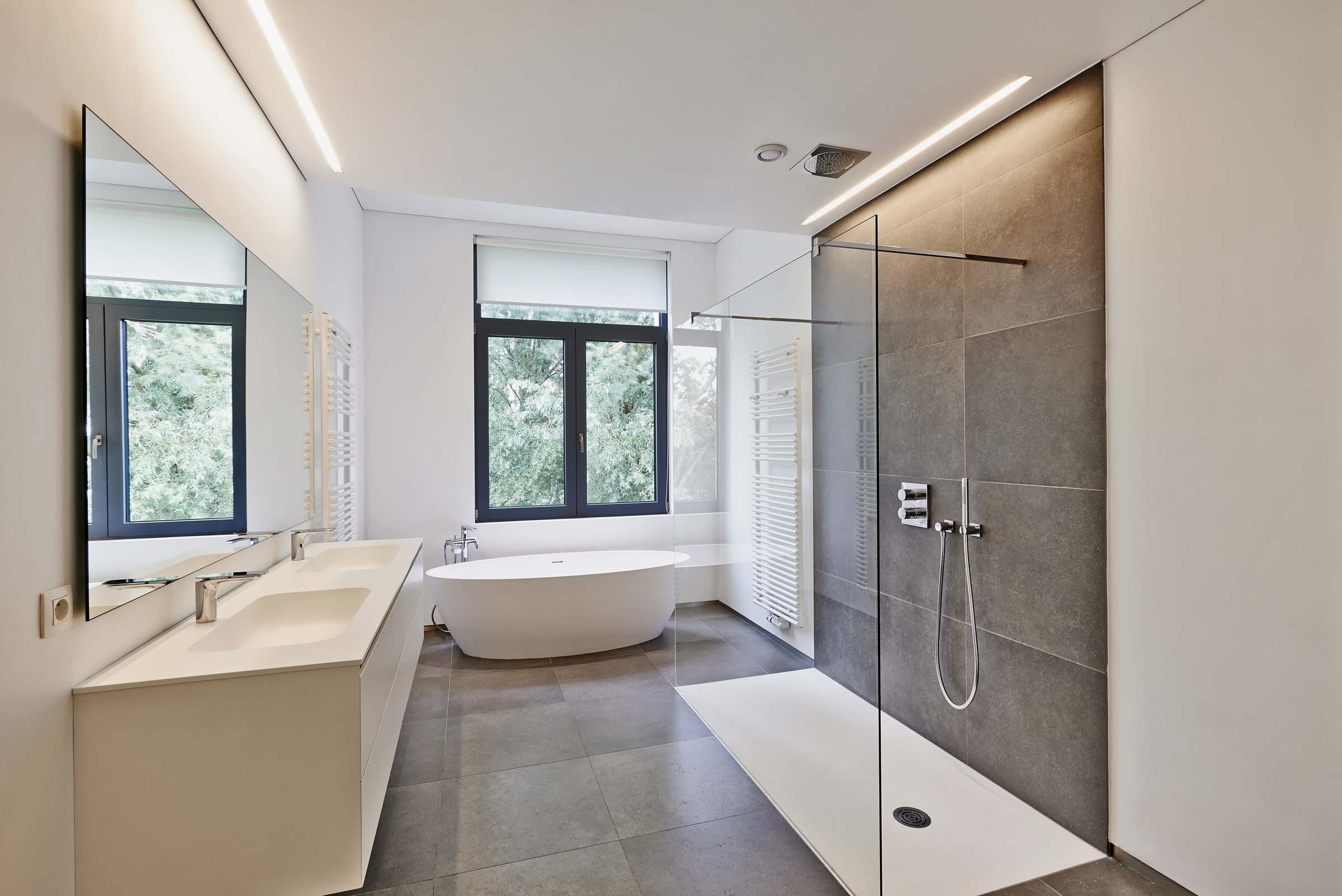 Modernes Badezimmer mit begehbarer Dusche und großem Waschbeckenschrank